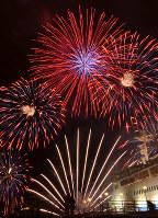 函館の冬の夜空を彩る花火=函館市で