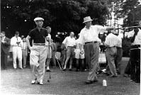 1957年6月19日、バーニングトウリー・ゴルフコースでドワイト・アイゼンハワー米大統領とゴルフを楽しむ岸信介首相=UPI