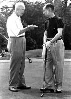 ドワイト・アイゼンハワー米大統領と一緒にゴルフを楽しむ岸信介首相=UPI