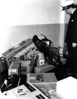 アイゼンハワー米大統領から岸信介首相に贈られたゴルフ道具=羽田空港で1957年7月