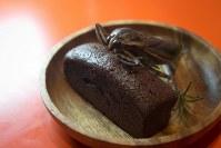 バレンタインデーを前にした12日のイベントで提供される、タガメをトッピングしたチョコケーキ=篠原祐太さん提供