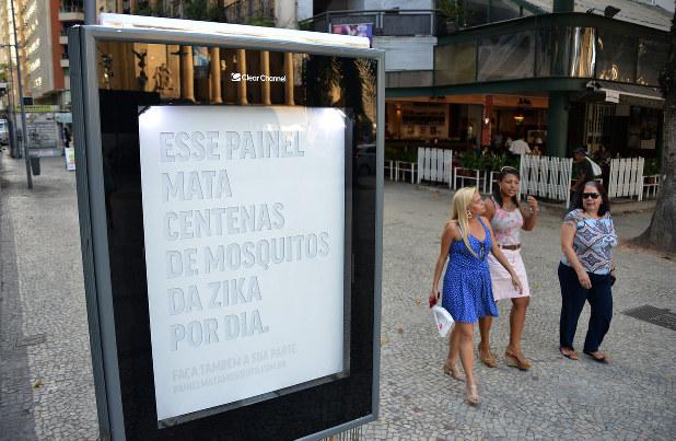 人間の汗のにおいと呼気に似せたガスを出し、ジカウイルスを媒介するネッタイシマカを引き寄せ、吸い込む効果をうたった広告看板=ブラジル・リオデジャネイロで2016年4月26日、三浦博之撮影