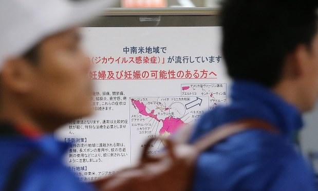 ジカウイルス感染症の流行を受け、入国者への注意喚起掲示が行われていた成田空港=2016年2月15日、山本晋撮影