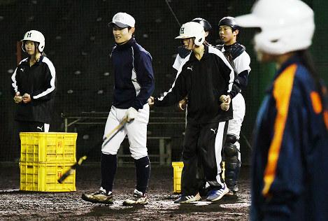 ヘルメットをかぶってノックの補助をする橋本の女子部員ら=和歌山県橋本市で、三浦博之撮影