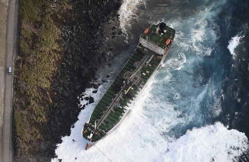 パナマ船籍のタンカー座礁 乗組員は全員救助
