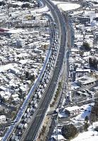 新東名高速道路の通行止めの影響で渋滞する東名高速道路の御殿場ジャンクション付近=静岡県御殿場市で2017年2月11日午前11時20分、本社ヘリから