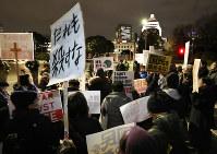 国会前で安保法制や自衛隊の南スーダン派遣に反対の声を上げる人たち=東京都千代田区で2017年2月10日午後7時58分、小出洋平撮影