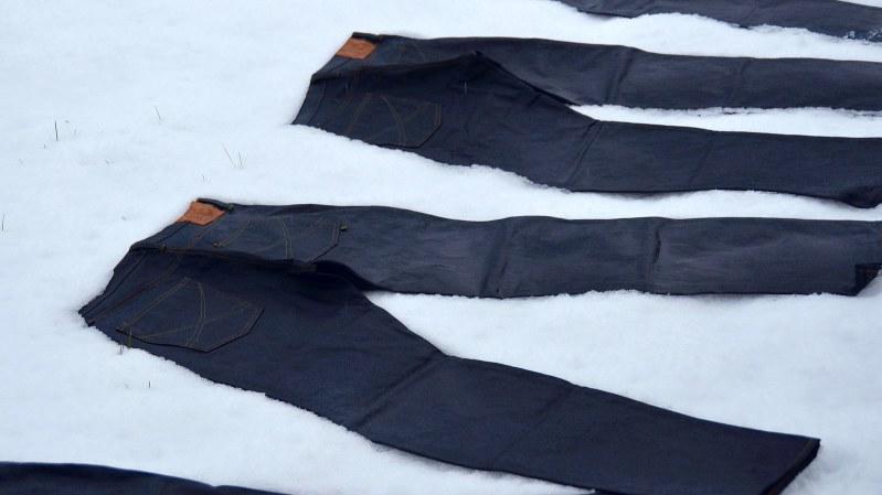 雪上にさらして仕上げるマルニ西脇のジーンズ=小高朋子撮影