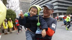 2014年の東京マラソンで孫と一緒に=江上剛さん提供 ※掲載にあたり写真を一部加工しています