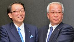 ちょうど1年前に経営統合の記者会見を行ったふくおかフィナンシャルグループの柴戸隆成社長(左)と、十八銀行の森拓二郎頭取=2016年2月26日、野田武撮影