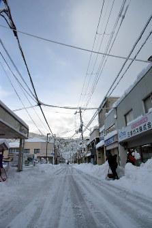 2カ月連続の大雪。市民は一日中雪かきに追われた=京都府宮津市の本町通りで、安部拓輝撮影