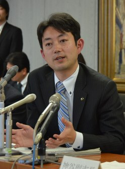 2017年度一般会計当初予算案について説明する熊谷俊人市長=千葉市役所で
