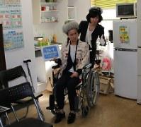 講習では、車椅子の利用客に対する介助についての説明もあった=横浜市港北区で
