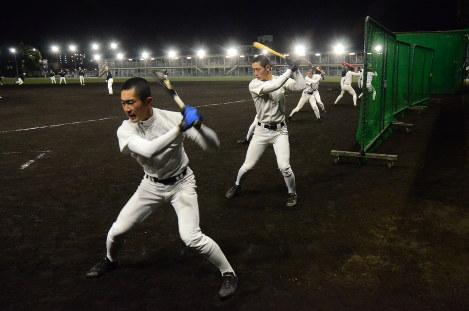 岡本蒼主将(左)の掛け声に合わせて素振りする野球部員たち=西宮市の報徳学園で-photo