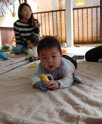 ガラガラで遊ぶ赤ちゃん=埼玉県和光市のおやこ広場もくれんハウスで2017年2月2日午後1時55分、山崎明子撮影