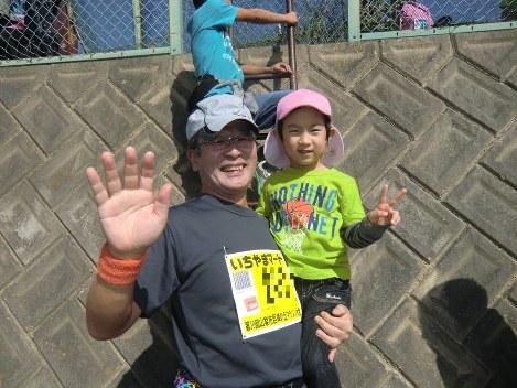 2014年9月の「山梨市巨峰の丘マラソン」で孫と一緒に=江上剛さん提供
