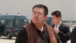 国外退去処分を受け成田空港で北京行きの飛行機に乗り込む金正男氏とみられる男性=2001年、竹内幹撮影