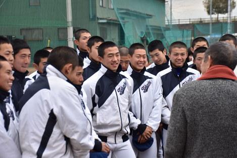 センバツ出場が決定した日、多くのOBや市民が高田商に駆け付けた。激励を受け、笑顔を見せる部員ら=大和高田市で