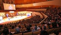 大勢の観客が集まって開かれた第71回毎日映画コンクールの表彰式=川崎市幸区のミューザ川崎シンフォニーホールで2017年2月15日午後5時13分、長谷川直亮撮影