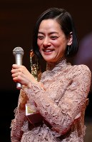 映画「シン・ゴジラ」で女優助演賞を受賞し、表彰式で笑顔を見せる市川実日子さん=川崎市幸区のミューザ川崎シンフォニーホールで2017年2月15日午後4時59分、小川昌宏撮影