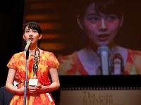 映画「この世界の片隅に」で日本映画優秀賞を受賞し、表彰式であいさつするのんさん=川崎市幸区のミューザ川崎シンフォニーホールで2017年2月15日午後5時37分、小川昌宏撮影