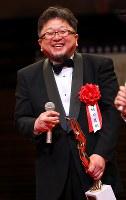 映画「シン・ゴジラ」で日本映画大賞を受賞し、表彰式で笑顔を見せる樋口真嗣監督=川崎市幸区のミューザ川崎シンフォニーホールで2017年2月15日午後5時55分、小川昌宏撮影