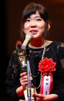 映画「桜の樹の下」でドキュメンタリー映画賞を受賞し、表彰式であいさつする田中圭監督=川崎市幸区のミューザ川崎シンフォニーホールで2017年2月15日午後4時7分、小川昌宏撮影