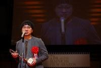 映画「君の名は。」で映画ファン賞日本映画部門を受賞し、あいさつする新海誠監督=川崎市幸区のミューザ川崎シンフォニーホールで2017年2月15日午後4時18分、小川昌宏撮影