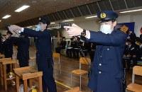 拳銃を構え標的に狙いを定める警察官=長野市の県警警察学校で