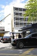 遺体安置所に入る北朝鮮大使のものとみられる高級車=クアラルンプール病院で15日午後2時すぎ、西脇真一撮影