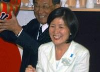 初当選を決めた稲田朋美衆議院議員。「当選できたのは自分としては奇跡的なこと。この天気のように晴れ晴れとしたさわやかな気分でいっぱい」。会見場の窓からのぞく青空を見ながら笑顔を見せた=福井市の事務所で2005年9月12日撮影