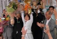 「政権交代」の逆風の中、接戦を制し2期目の当選を決めた稲田氏。バンザイする稲田朋美さん(中央)=福井市の事務所で2009年8月30日、野村和史撮影