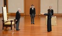 天皇陛下から認証を受ける稲田朋美・行革担当相(右)。中央は安倍晋三首相=皇居・宮殿「松の間」で2012年12月26日
