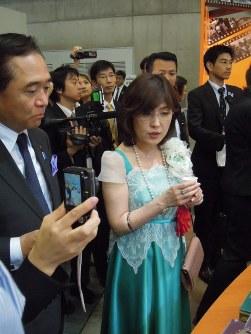 TICADの関連イベントを視察する稲田朋美クールジャパン戦略担当。「クールジャパン(格好いい日本)」を目指す稲田氏。ゴスロリの服を着る
