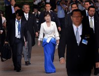 防衛相就任が内定し、認証式に向かう稲田朋美氏(中央)ら=首相官邸で2016年8月3日、北山夏帆撮影