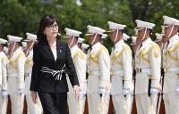 新防衛大臣として、栄誉式で迎えられる稲田朋美防衛相=防衛省で2016年8月4日、中村藍撮影