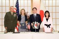 日米物品役務相互提供協定に署名し、記念写真に納まる(右から)稲田朋美防衛相、岸田文雄外相、キャロライン・ケネディ駐日米大使、シュローティ在日米軍司令官=外務省で2016年9月26日、(代表撮影)