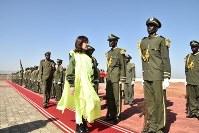 南スーダン軍の栄誉礼を受けながら巡閲する稲田朋美防衛相=南スーダンの首都ジュバのビルファム駐屯地で2016年10月8日、村尾哲撮影