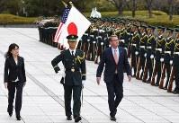 儀仗隊を巡閲する米国のカーター国防長官(右)と稲田朋美防衛相(左)=東京都新宿区の防衛省で2016年12月7日、丸山博撮影