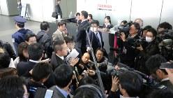 「決算報告の延期」が決算会見当日になって発表され、東芝の広報担当者に状況を確認する報道陣=2017年2月14日、宮武祐希撮影