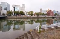 (2)広島市南区稲荷町の京橋川左岸から西方向を撮影。国平幸男記者が撮影した1945年8月9日当時の防空壕は、この辺りにあったとみられる=2017年2月6日、山田尚弘撮影