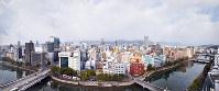 (3)京橋東詰め付近のビルから西側の広島市街地。手前左に架かる橋は稲荷大橋(被爆当時は稲荷町電車専用橋)。手前右が京橋、右奥が栄橋=広島市南区で2017年2月6日、山田尚弘撮影(9枚を合成)