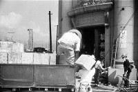 (4)被爆後の8月7日から臨時の広島県庁が置かれた広島東警察署(広島市下柳町、現広島市中区銀山町)には救援物資が次々と運び込まれた。元々は芸備銀行(現広島銀行)の下柳町支店だった=1945年8月9日、広島平和記念資料館(原爆資料館)検証