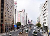 (5)薬研堀通北交差点西側の歩道橋から西を撮影。広島三越(左)の場所は被爆当時に中国新聞社があり、写真の右手には広島流川教会があった=広島市中区で2017年2月6日、山田尚弘撮影