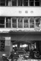 (6)中国新聞社新館の1階北側正面。つぶれた乗用車やオートバイが散乱している。(爆心地から870メートル)=広島市上流川町(現広島市中区胡町)で1945年8月9日、広島平和記念資料館(原爆資料館)検証