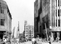 (7)福屋百貨店前から東を撮影。左は福屋旧館、右側手前から福屋新館、中国新聞社、日本勧業銀行広島支店。福屋新館の内部は完全に焼失。数日後、血便が出る被爆者を赤痢患者として収容した。この臨時伝染病病院は、原爆症の症状が明らかとなるまで約1カ月間使用された(爆心地から740メートル)=広島市の八丁堀(現広島市中区八丁堀)で1945年8月9日、広島平和記念資料館(原爆資料館)検証