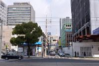 (8)立町電停交差点の南から北を撮影。国平幸男記者が撮影した1945年8月9日当時、左の街路樹付近に火見櫓が爆風で倒れていた=広島市中区で2017年2月6日、山田尚弘撮影