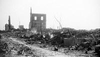 (11)大手町筋にあった毎日新聞広島支局の焼跡から南を撮影。支局は木造で完全に焼失した。中央奥は広島県農業会広島支所、左端は日本貯蓄銀行広島支店(爆心地から290メートル)=広島市大手町3丁目(現広島市中区大手町2丁目)で1945年8月9日、広島平和記念資料館(原爆資料館)検証