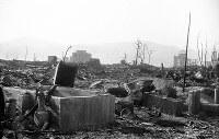 (11)大手町筋にあった毎日新聞広島支局の焼跡から北西を撮影。支局は木造で、完全に焼失した。奥の左寄りに燃料会館(現在のレストハウス)、右には広島県産業奨励館(現在の原爆ドーム)が見える(爆心地から290メートル)=広島市大手町3丁目(現広島市中区大手町2丁目)1945年8月9日、広島平和記念資料館(原爆資料館)検証