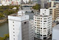 (11)毎日新聞広島支局跡周辺(手前右)から北西を撮影。左奥は平和記念公園。木々に囲まれた建物はレストハウス(旧燃料会館)、中央奥には原爆ドーム(旧広島県産業奨励館)が見える=広島市中区で2017年2月6日、山田尚弘撮影